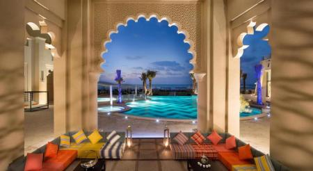 /hotely/em024/res/croppedimage1600876-The-Ajman-Palace-Pool-Majlis.jpg