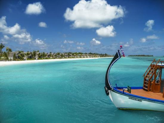 /hotely/ml43/res/Traditional-Dhoni-in-Lagoon-with-View-of-Island.jpg